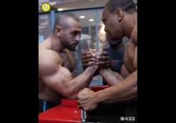 «Mister braccio di ferro»: nessuno batte Larry Wheels Tutti muscolosi e con braccia possenti: nessuno però riesce a battere Larry Wheels a braccio di ferro - Dalla Rete