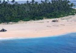 «SOS» sulla sabbia: tre naufraghi salvati in Micronesia I tre marinai erano naufragati su una minuscola isola sperduta nel Pacifico occidentale e sono stati soccorsi grazie all'enorme scritta «SOS» che avevano fatto sulla sabbia - CorriereTV