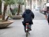 Un uomo anziano in bicicletta
