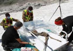 Alto Adige: la neve restituisce un camoscio di 400 anni Ecco le immagini del ritrovamento di un camoscio di 400 anni sul ghiacciaio della Val Aurina - CorriereTV