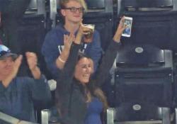 Baseball, il fuoricampo finisce nel bicchiere della tifosa La probabilità che la pallina finisse proprio nel suo bicchiere era infinitamente piccola - Dalla Rete