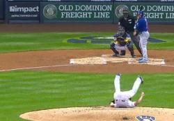 Baseball, il lanciatore fa finta di cadere a terra Tattica o solo goffaggine? - Dalla Rete