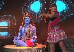 Costantino della Gherardesca (dipinto di blu) e Sara Di Vaira (divinità indiana) sorprendono... i social  A «Ballando con le stelle» su Rai Uno, la coppia si è esibita in una esotica samba - Corriere TV