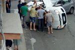 Incidente stradale a Giarre, auto si ribalta: due feriti