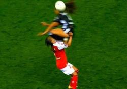 Il fallo della calciatrice è brutale: l'avversaria finisce all'ospedale L'episodio durante il match Reims-Lione valido per il campionato francese di calcio femminile - Dalla Rete