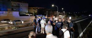 Siculiana, la fuga dei migranti finisce in tragedia: ventenne investito e ucciso da un'auto, feriti 3 poliziotti