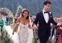 Le nozze di Elettra Lamborghini e Afrojack, il vestito bianco super scollato e il concerto con Giusy Ferreri  La cantante e il produttore musicale si sono sposati sabato sul Lago di Como - Corriere Tv