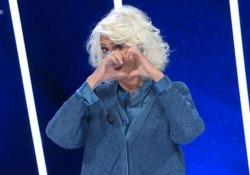 Loretta Goggi, lacrime in tv a «Tale e Quale show»: si commuove quando vede le immagini del marito Gianni Brezza Carlo Conti omaggia la cantante e giudice del talent con una torta con scritto