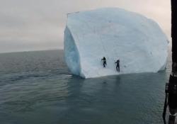 Mar Glaciale Artico: si arrampicano sull'iceberg che poi sprofonda in mare Due avventurieri cercano di scalare il blocco di ghiaccio - CorriereTV