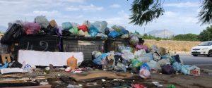 Cumuli di rifiuti in via Villagrazia a Palermo