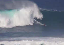 Surf, resiste da solo alla grande onda Zane Schweitzer, surfista americano, è stato ripreso in uno spettacolo video in cui resiste all'onda d'urto dell'acqua - Dalla Rete