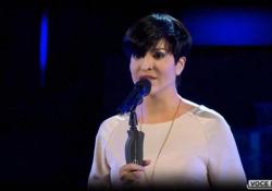«Tale e Quale show», l'esibizione show di Carolina Rey: impressiona tutti cantando «La notte» di Arisa La conduttrice somigliante sia nella voce che nell'aspetto - Ansa