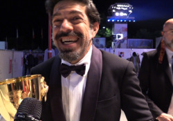 Venezia 2020, Favino dopo la vittoria: «Non ci volevo credere, pensavo mi stessero prendendo in giro» All'attore la coppa Volpi: «Dedico questo premio ai milioni di schermi che si accenderanno» - Corriere TV