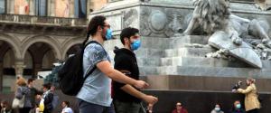 Persone passeggiano indossando la mascherina