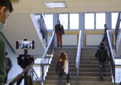 A scuola di montaggio e regia: il laboratorio video di CampBus  Il laboratorio a cura dell'Associazione Mirmica dove gli studenti hanno creato e progettato un video per raccontare, dal loro punto di vista, la scuola che cambia. Con l'emergenza Coronavirus e non solo - CorriereTV