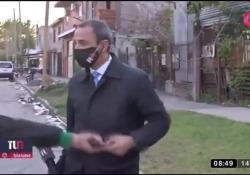 Argentina, rubano il cellulare al giornalista in diretta tv Il cronista di Telenueve si stava preparando al collegamento quando un ragazzo gli ha strappato il telefono di mano - Dalla Rete
