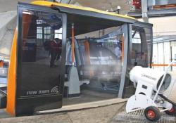 Cannoni sparaneve «anti Covid» per sanificare le cabinovie degli impianti La società Demaclenko ha trasformato un cannone sparaneve in un sistema mobile di igienizzazione per gli impianti sciistici - CorriereTV