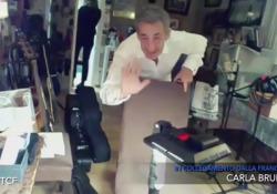 Carla Bruni a «Che tempo che fa»: si affaccia Sarkozy, Fazio interrompe l'intervista ma lui scappa L'ex presidente francese saluta il pubblico italiano durante la diretta con la moglie su Rai Tre - Corriere Tv