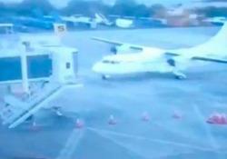 Colombia, l'aereo si schianta contro il pontile d'imbarco Le persone all'interno del velivolo non sono rimaste ferite - CorriereTV