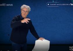 Crozza diventa Carlo Rovelli, la spiegazione della fisica quantistica è da ridere: «Questo sgabello lo vedi ma non c'è» Un nuovo personaggio per Maurizio Crozza sul Nove - Corriere Tv