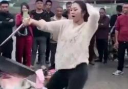 Cuoce i noodles ballando in un mercato cinese: il video virale Le immagini girate in Cina e diffuse sui social hanno totalizzato milioni di visualizzazioni  - Dalla Rete