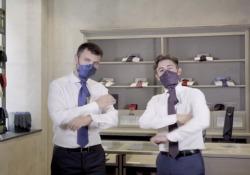 Ecco la cravatta-mascherina: la trovata di un'azienda di Napoli È stata chiamata «Vattinn'» con riferimento al distanziamento sociale. Costa 170 euro  - Corriere Tv