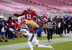 Football, Aiyuk salta in testa agli avversari A vederlo sembra un gesto atletico normale, ma quello di Brandon Aiyuk è una vera prodezza - Dalla Rete
