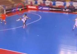 Futsal, il pallonetto volante di Shimizu Un gol così è frutto di talento e intuito. L'ha mostrato Kazuya Shimizu, giocatore della squadra di futsal del Cordoba - Dalla Rete