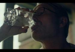 In vino veritas (e qualcos'altro ancora): la video-recensione di  «Un altro giro» di Vinterberg  Il film di Vinterberg racconta a cosa va incontro chi cerca nel vino il coraggio che non ha - CorriereTV