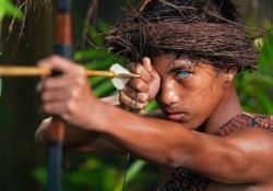 La tribù con gli occhi di ghiaccio: le immagini degli abitanti dell'isola di Buton Sono affetti dalla sindrome di Waardenburg, una mutazione genetica che causa anomalie della colorazione dell'iride - CorriereTV