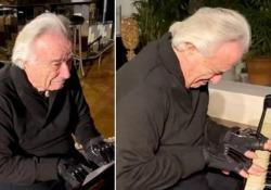 Le lacrime del pianista: torna a suonare dopo vent'anni, grazie ai guanti bionici Il brasiliano João Carlos Martins è considerato uno dei grandi interpreti della musica di Bach - CorriereTV