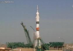 Nasa, decollata la navicella Soyuz con due russi e una americana: in orbita in sole tre ore Il decollo dalla piattaforma di lancio spaziale in Kazakistan - LaPresse/AP