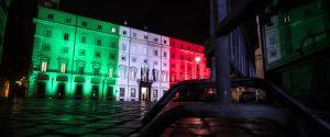 L'esterno di palazzo Chigi illuminato dal tricolore