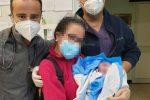 Parto all'ingresso dell'ospedale di Vittoria, mamma e figlio stanno bene