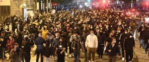 Coronavirus, guerriglia a Napoli contro il coprifuoco: scontri davanti alla Regione