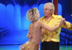 Solenghi balla un samba con Maria Ermachkova, social in delirio: tanto ballo e poco show  L'esibizione di Solenghi nella quinta puntata di Ballando con le stelle - Corriere Tv