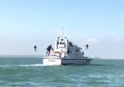 Tute da «Iron Man» per l'assalto alle navi nemiche: i test della marina inglese e statunitense I jet-pack sono realizzati in fibra di carbonio, hanno 5 motori montati su braccia e schiena - Corriere Tv