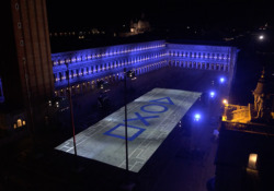 Benvenuta PS5! Venezia illuminata con i colori Playstation per il lancio  - Corriere Tv