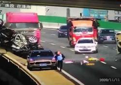 Cina: l'incidente terribile sul ponte L'incidente si è verificato a causa di un frammento di un giunto di dilatazione sulla carreggiata - CorriereTV
