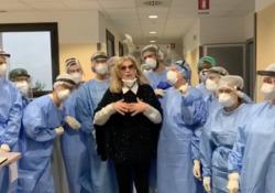 Coronavirus, Iva Zanicchi torna a casa: il video dall'ospedale per ringraziare medici e infermieri La cantante, che era ricoverata a Vimercate, ha postato il filmato sui social - Corriere Tv