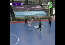 Futsal, segna dalla propria porta Il gol di Fernando Wilhelm, giocatore del Pinocho, squadra del campionato di futsal argentino - Dalla Rete
