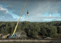 Il crash test estremo di Volvo: fa cadere la sue  auto nuove  da 30 metri d'altezza La casa automobilistica svedese cerca di simulare gli incidenti automobilistici più gravi, come quelli ad alta velocità o contro i camion - CorriereTV