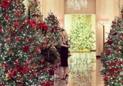 Le (ultime) decorazioni natalizie di Melania Trump alla Casa Bianca Nella clip diffusa su Twitter,  la first lady indossa una camicia in lamé oro da 1.060 dollari - CorriereTV