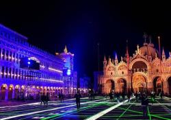 Luci e colori a Venezia: la console di videogiochi trasforma piazza San Marco in un campo da calcio Set a cielo aperto per la registrazione del nuovo spot - Corriere Tv