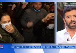 """Maradona, Alberto Matano chiude il collegamento dal San Paolo e s'infuria: «Questo non deve più accadere» Il giornalista prende le distanze dagli assembramenti di tifosi: """"Non è una cosa che possiamo documentare"""" - Ansa"""