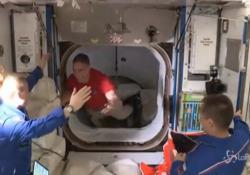 Space X, l'equipaggio arriva alla stazione ISS: l'abbraccio di benvenuto con i colleghi