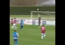 Spagna, segna con un pallonetto di spalla Rayco Rodriguez, attaccante del Deportivo Fabril, terza divisione spagnola, ha segnato con un colpo di spalla - Dalla Rete