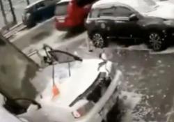 Toglie la neve dal parabrezza della sua auto. E poi accade questo Una grossa lastra di cemento piomba sulla vettura sfiorando l'uomo: il video dalla Russia - CorriereTV