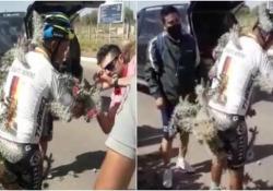 Un incidente da incubo: ciclista finisce in mezzo ad un campo di cactus Il cicloamatore è stato trasportato in ospedale per rimuovere migliaia di spine - CorriereTV