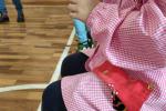 Sperimentazione di test salivari per bambini. Immagine d'archivio